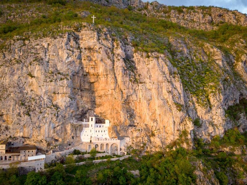 El monasterio de Ostrog es un monasterio de la iglesia ortodoxa servia colocada contra una roca casi vertical de Ostroska Greda,  fotografía de archivo libre de regalías