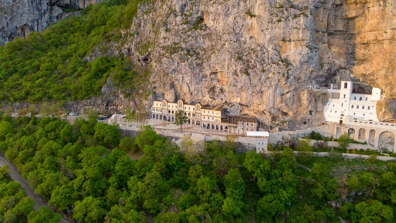 El monasterio de Ostrog es un monasterio de la iglesia ortodoxa servia colocada contra una roca casi vertical de Ostroska Greda,  foto de archivo