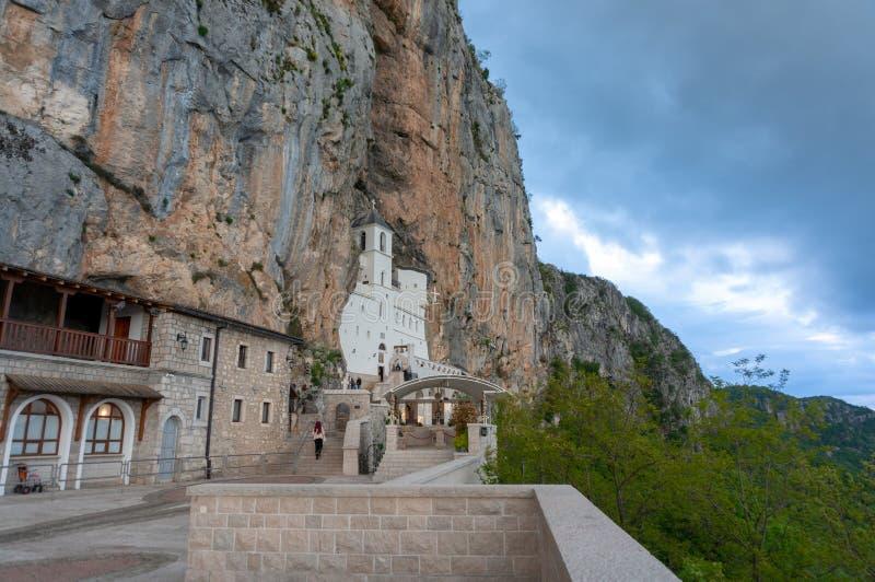 El monasterio de Ostrog es un monasterio de la iglesia ortodoxa servia colocada contra una roca casi vertical de Ostroska Greda foto de archivo libre de regalías