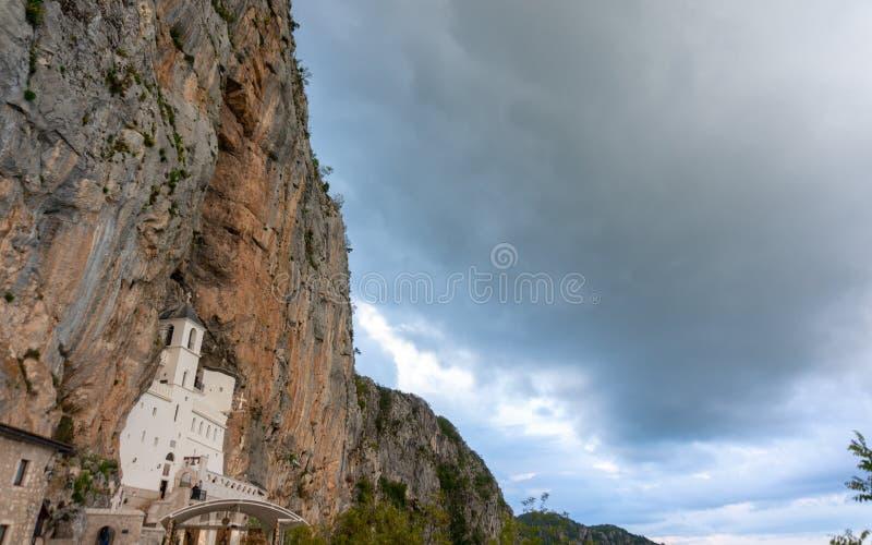 El monasterio de Ostrog es un monasterio de la iglesia ortodoxa servia colocada contra una roca casi vertical de Ostroska Greda foto de archivo