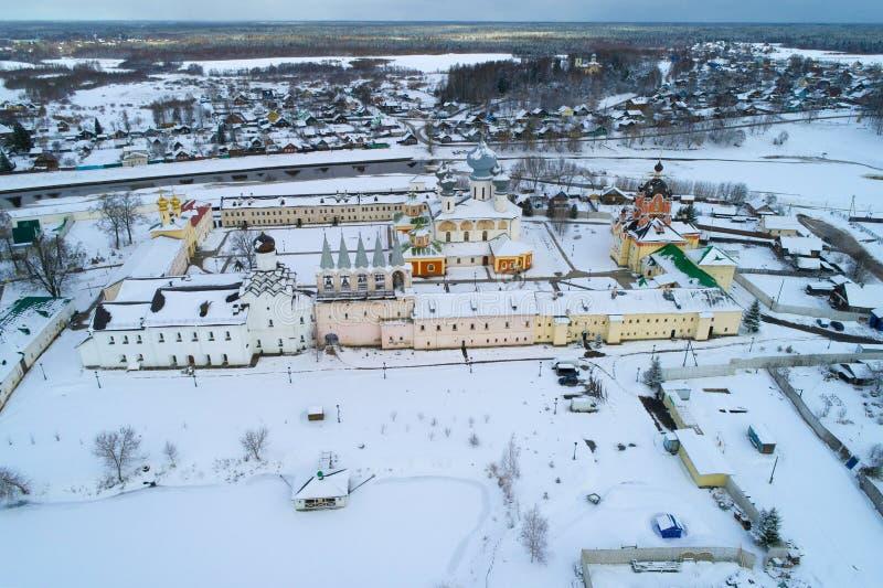 El monasterio de TikhvinskyBogorodichniy, encuesta sobre aérea el día de marzo Tikhvin, Rusia imágenes de archivo libres de regalías