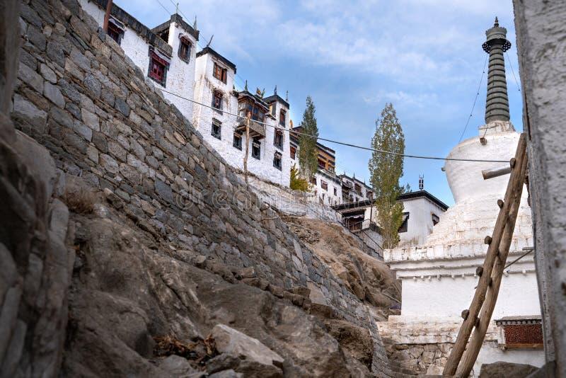El monasterio viejo de Thiksay en el pequeño pueblo de Theksey foto de archivo libre de regalías