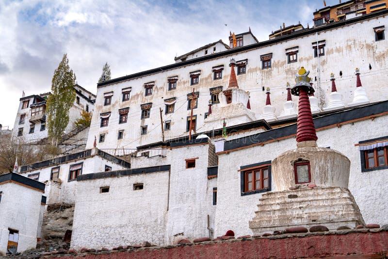 El monasterio viejo de Thiksay en el pequeño pueblo de Theksey fotos de archivo libres de regalías