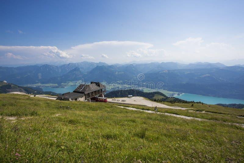 El Mondsee en Austria vista de la alta montaña Schafberg fotos de archivo
