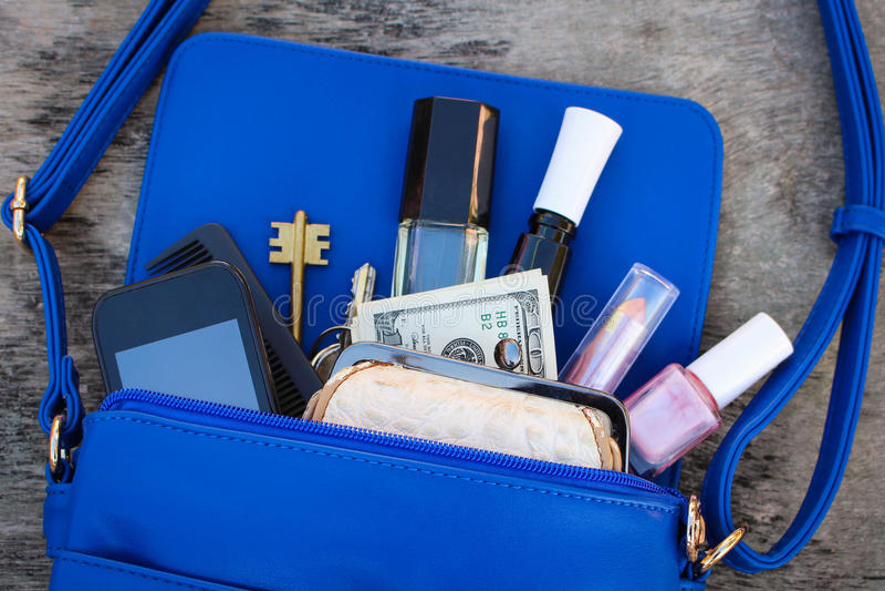 El monedero de las mujeres azules Cosas del bolso abierto de la señora fotografía de archivo libre de regalías