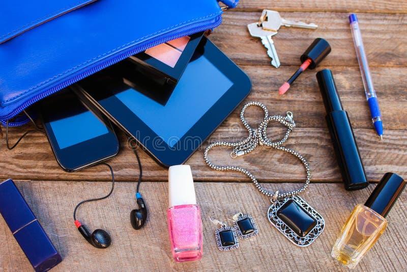 El monedero de las mujeres azules Cosas del bolso abierto de la señora foto de archivo libre de regalías