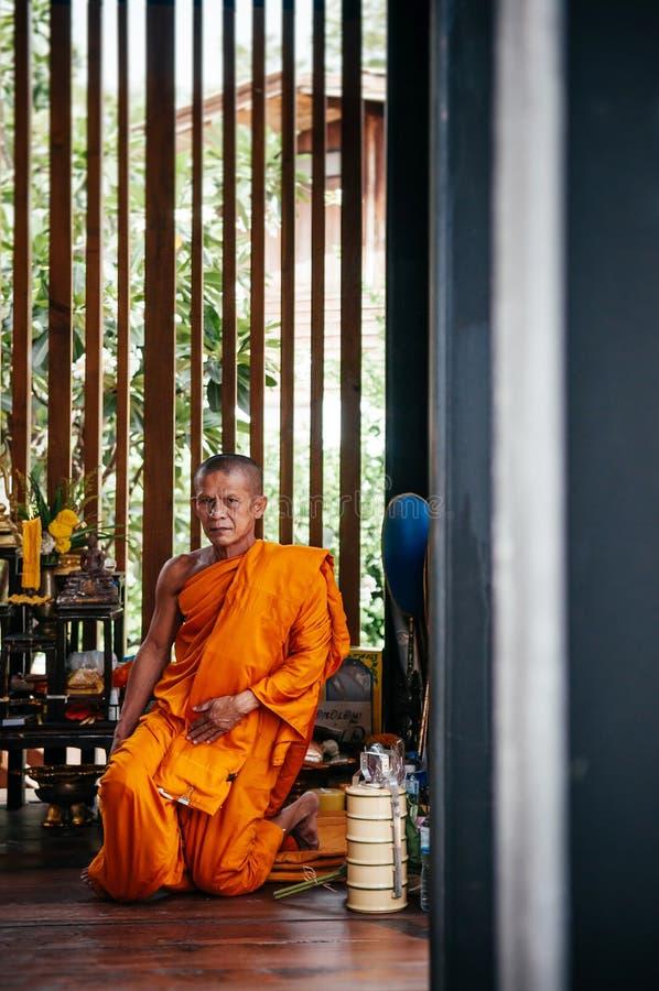 El monje budista mayor tailandés se sienta en templo imágenes de archivo libres de regalías