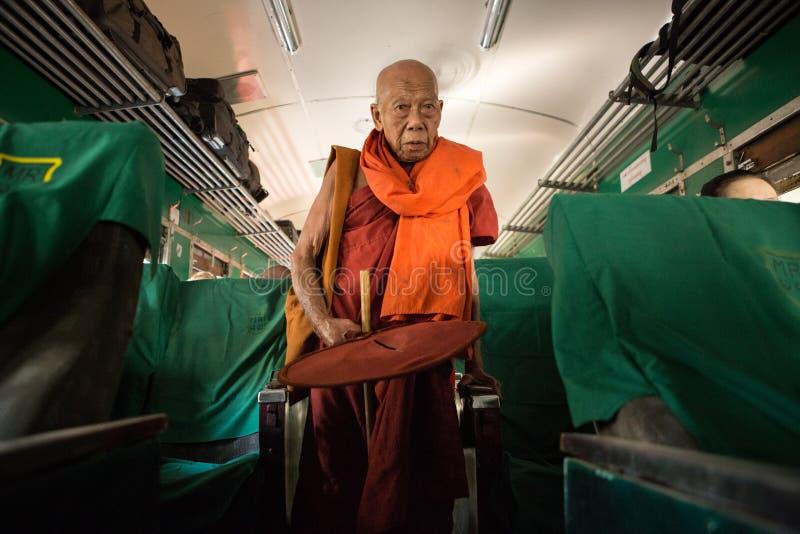 El monje budista recoge donaciones en el tren foto de archivo libre de regalías