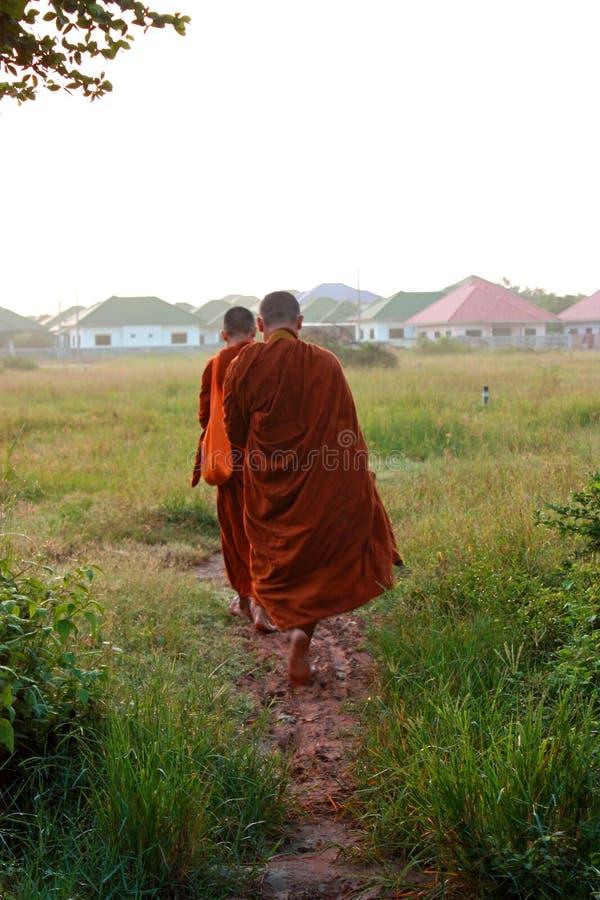 El monje de caminar de Tailandia recibe las comidas en el tiempo de mañana imagen de archivo