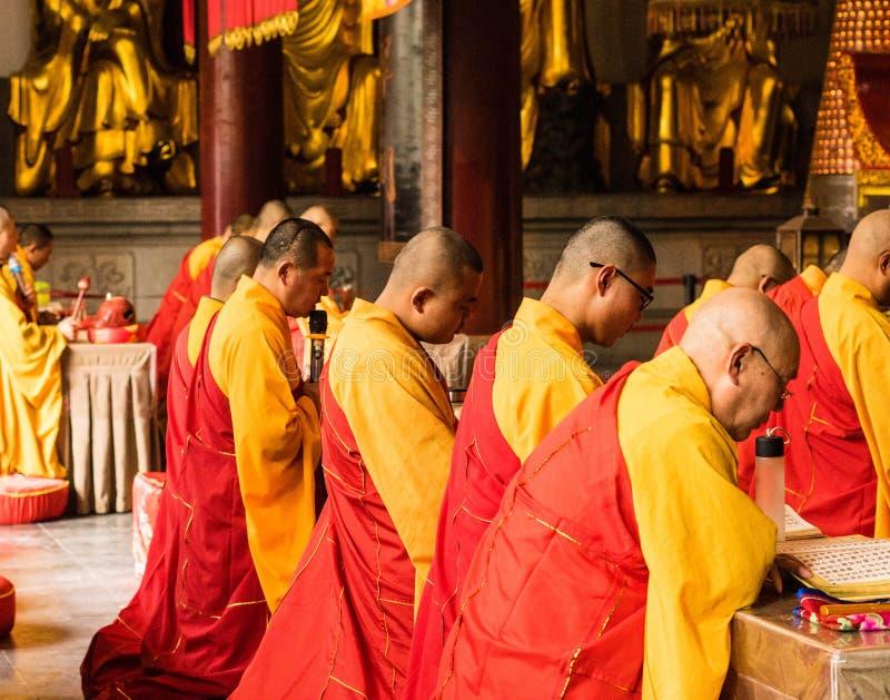 El monje en templo jinshan fotos de archivo
