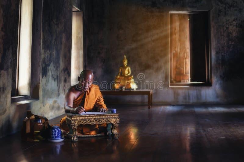 El monje está estudiando actividades budistas imágenes de archivo libres de regalías