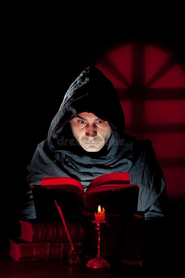 El monje leyó un libro foto de archivo libre de regalías
