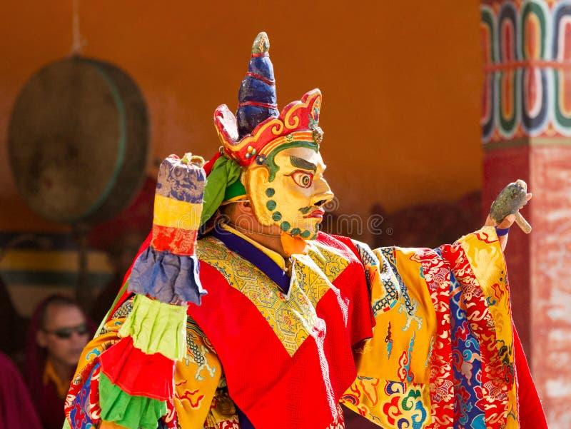 El monje realiza una danza sagrada enmascarada y vestida del tibetano Budd fotos de archivo