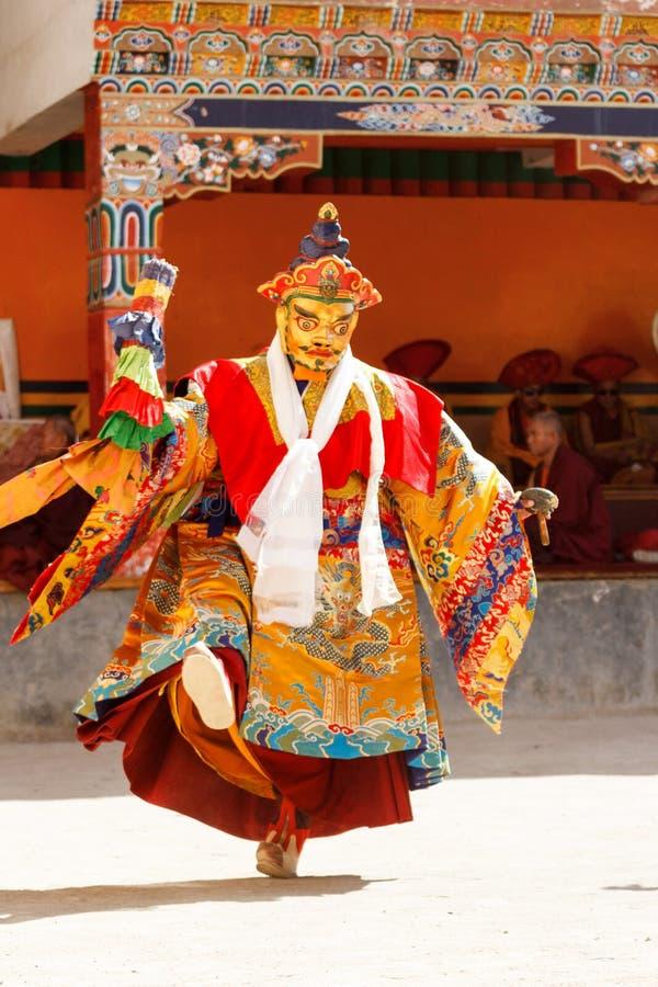 El monje realiza una danza sagrada enmascarada y vestida del tibetano Budd imágenes de archivo libres de regalías
