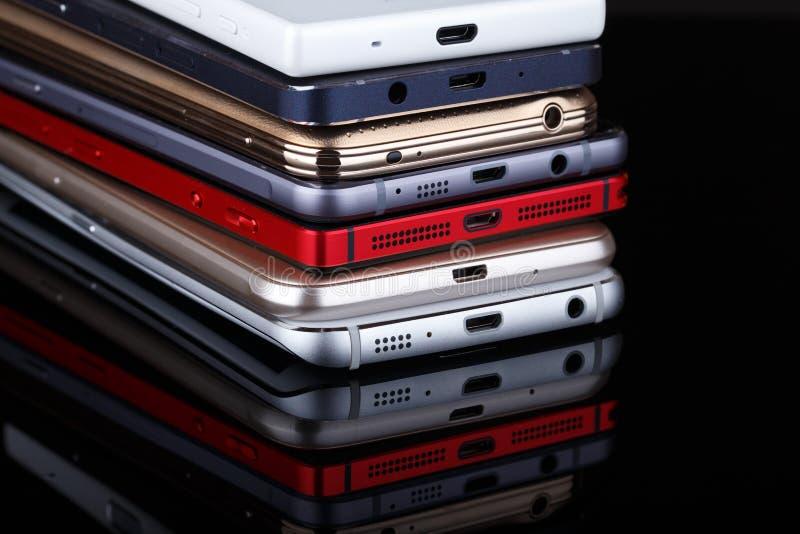 El montón de dispositivos electrónicos cierra para arriba - smartphones fotografía de archivo