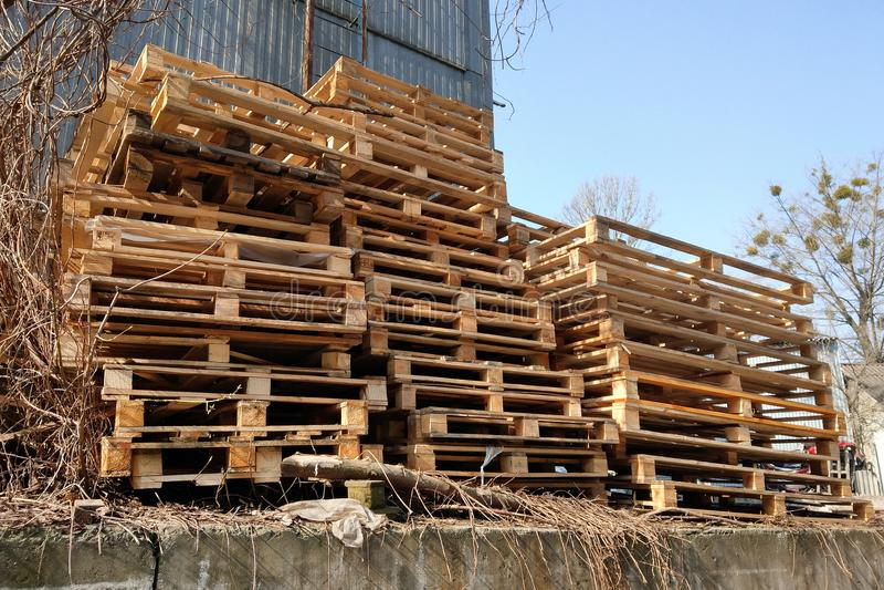 El montón de la plataforma de madera usada en el patio trasero de la fábrica se preparó para reciclar fotos de archivo libres de regalías