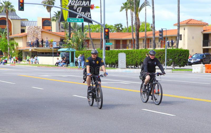 El montar de los policías bicis imagenes de archivo