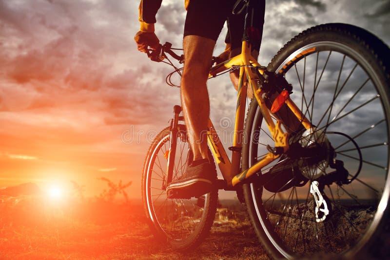El montar del ciclista de la bici de montaña al aire libre imágenes de archivo libres de regalías