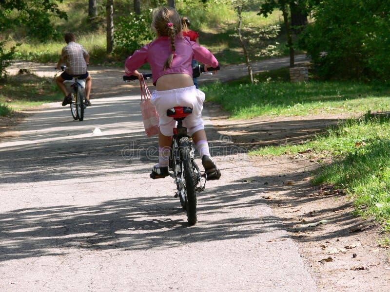 El montar en bicicleta foto de archivo
