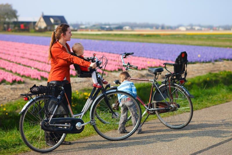El montar en bicicleta en campos del tulipán