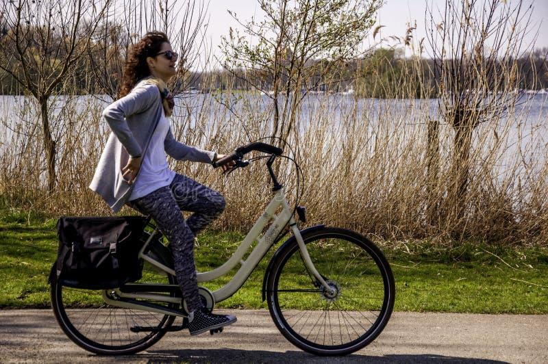 El montar en las bicis en parque del bos de Kralingse imagen de archivo