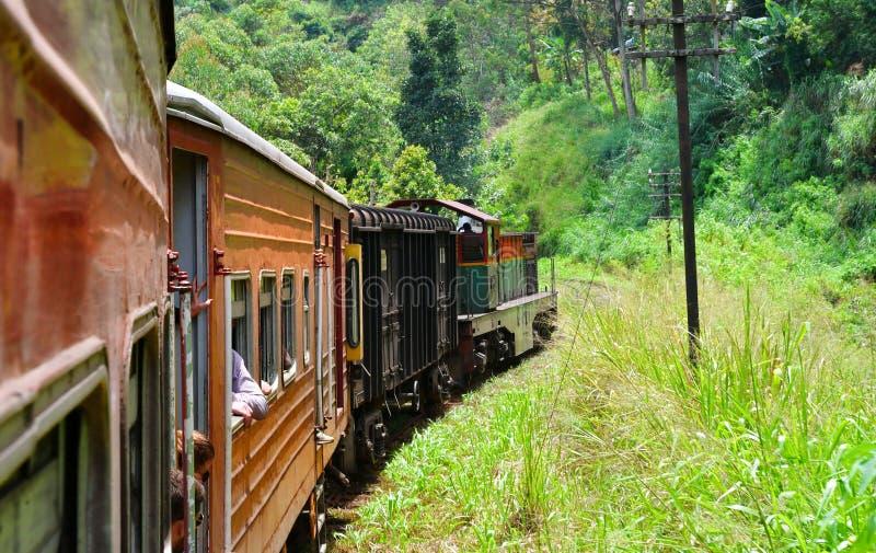 El montar en tren en Sri Lanka imagen de archivo
