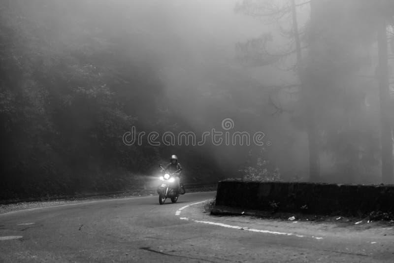 El montar a través de las nieblas imagen de archivo libre de regalías