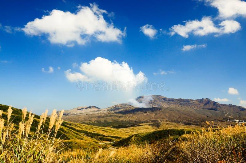 El Monte Aso es el volcán activo más grande de Japón kyushu foto de archivo