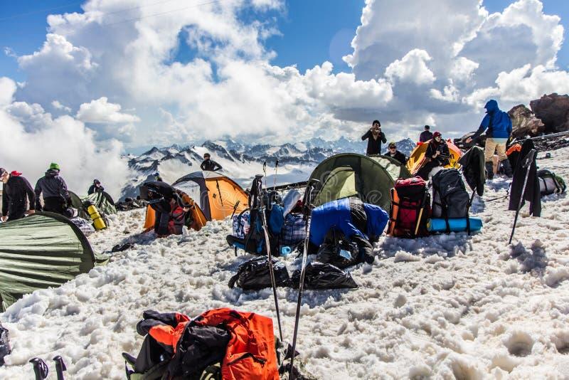 2014 07 el monte Elbrus, Rusia: la gente descansa después de levantar en ` del refugio 11 del ` foto de archivo libre de regalías