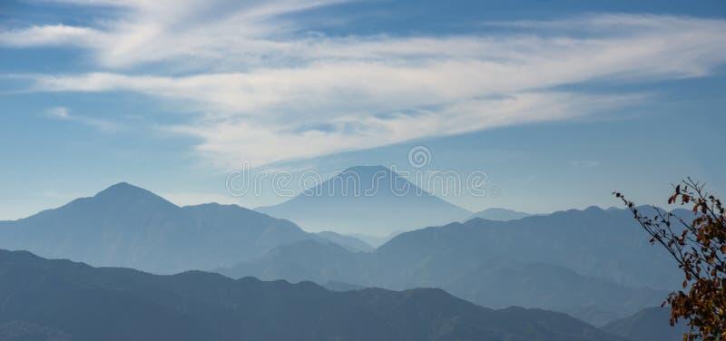 El monte Fuji con niebla fotos de archivo