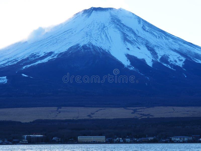 El monte Fuji coronado de nieve icónico en Japón fotografía de archivo