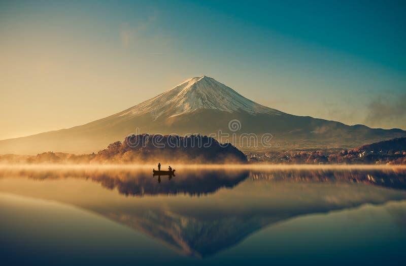 El monte Fuji en el kawaguchiko del lago, salida del sol, vintage fotografía de archivo libre de regalías