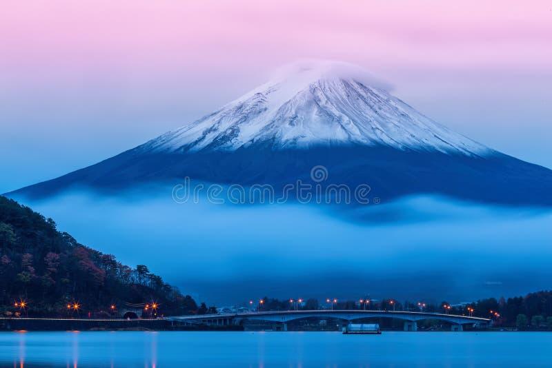 El monte Fuji en la oscuridad cerca del lago Kawaguchi en la prefectura de Yamanashi, imágenes de archivo libres de regalías