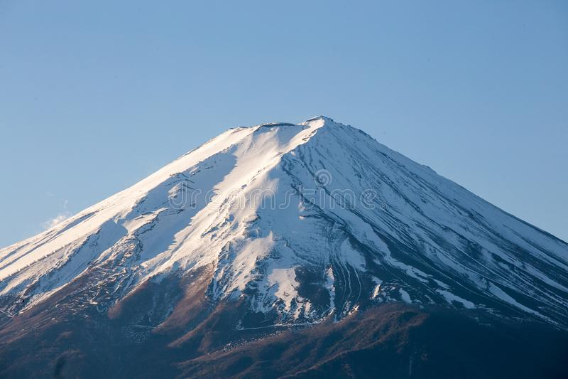 El monte Fuji y nieve en pico en el lago Kawaguchiko fotografía de archivo libre de regalías