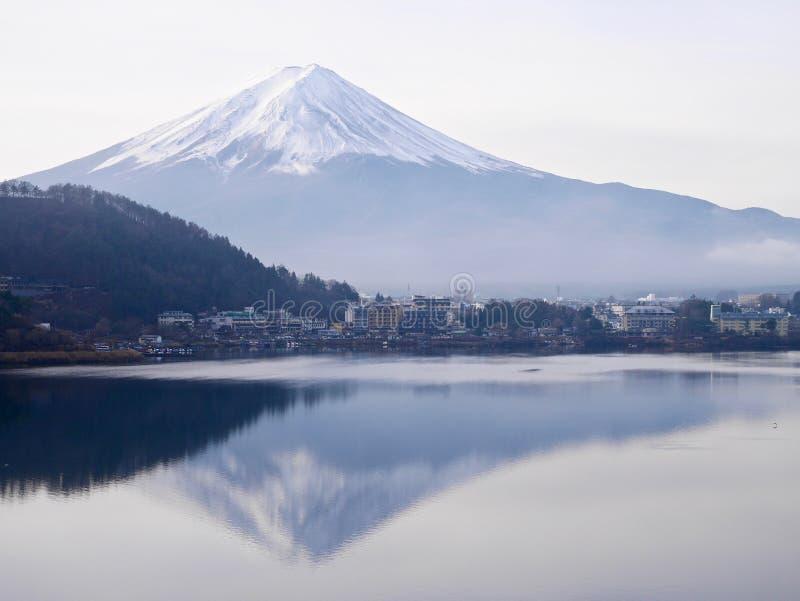 El monte Fuji y un pueblo por una mañana de niebla imagenes de archivo
