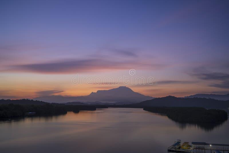 El Monte Kinabalu en salida del sol gloriosa fotografía de archivo libre de regalías