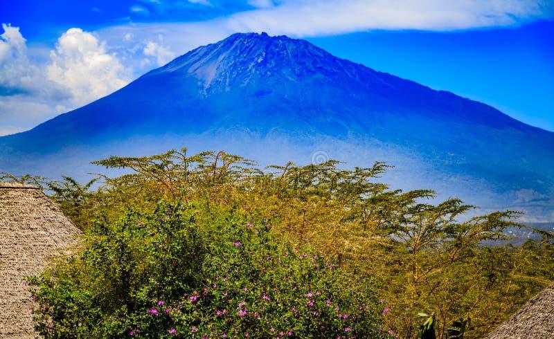 El Monte Meru en Tanzania fotos de archivo