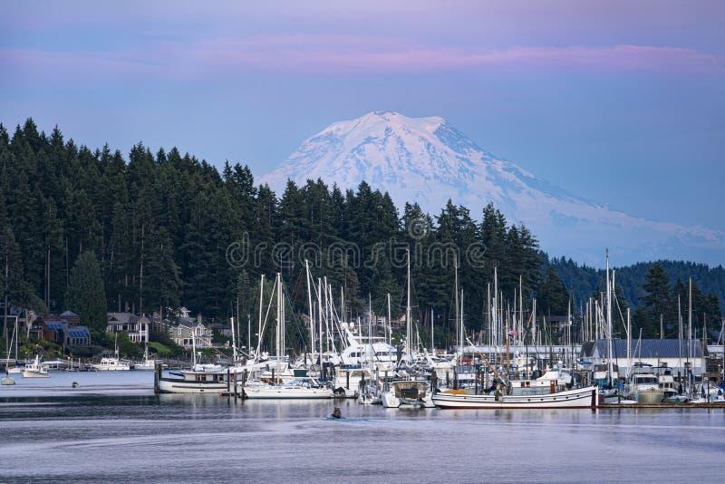 El Monte Rainier se acerca al puerto de Gig, Washington imágenes de archivo libres de regalías