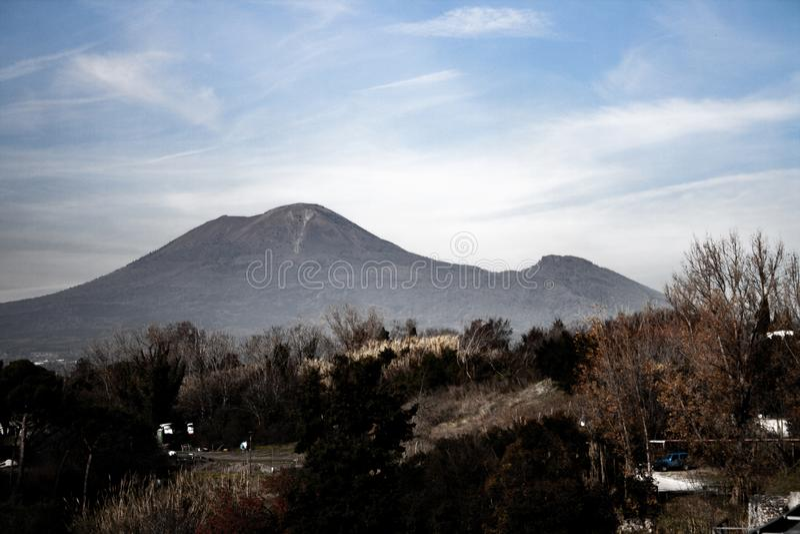 El monte Vesubio visto de Pompeya fotos de archivo