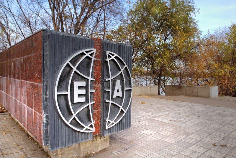 El monumento 'Europa-Asia 'en la ciudad de Magnitogorsk, Rusia foto de archivo