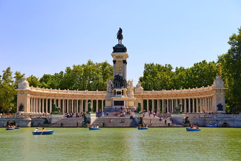 El monumento al Alfonso XII en el Parque del Buen Retiro Estanque grande del Retiro por la mañana soleada en Madrid, imágenes de archivo libres de regalías