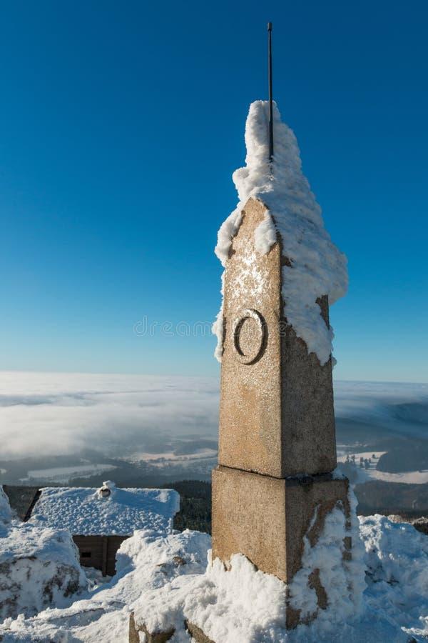 El monumento al lado del transmisor bromeó en invierno, Liberec fotografía de archivo libre de regalías