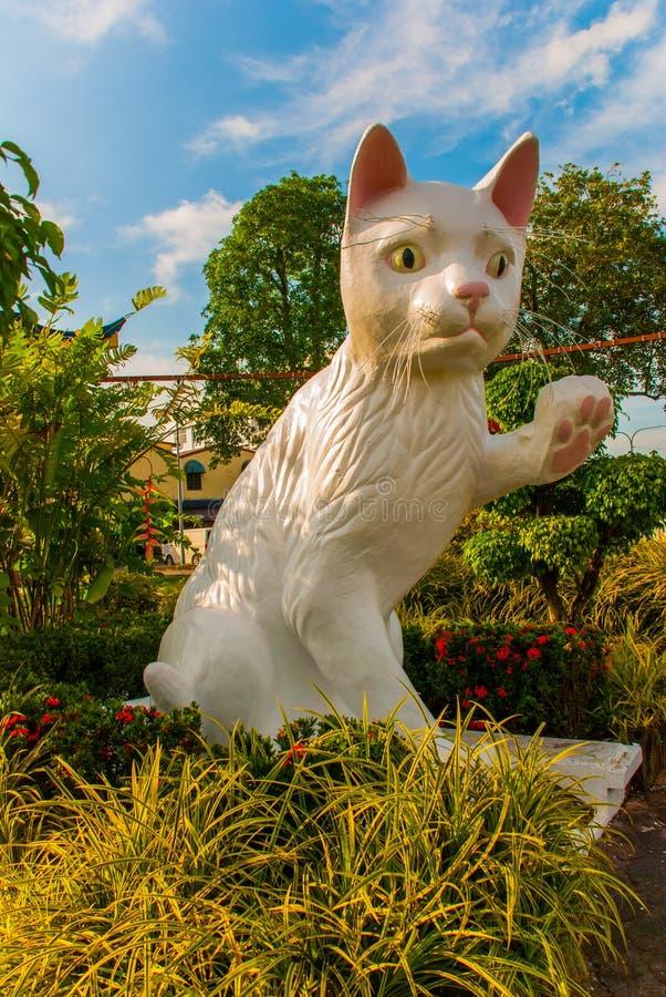 El monumento blanco del gato es el Ayuntamiento del sur de Kuching Cat Statue Sarawak Malasia imágenes de archivo libres de regalías