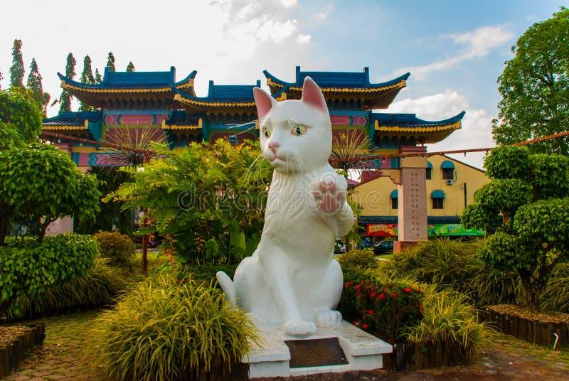 El monumento blanco del gato es el Ayuntamiento del sur de Kuching Cat Statue Sarawak Malasia imagenes de archivo