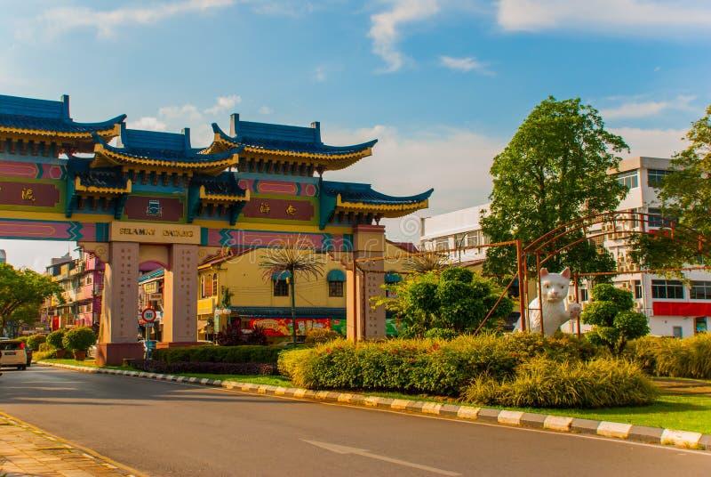 El monumento blanco del gato es el Ayuntamiento del sur de Kuching Cat Statue Sarawak Malasia fotos de archivo