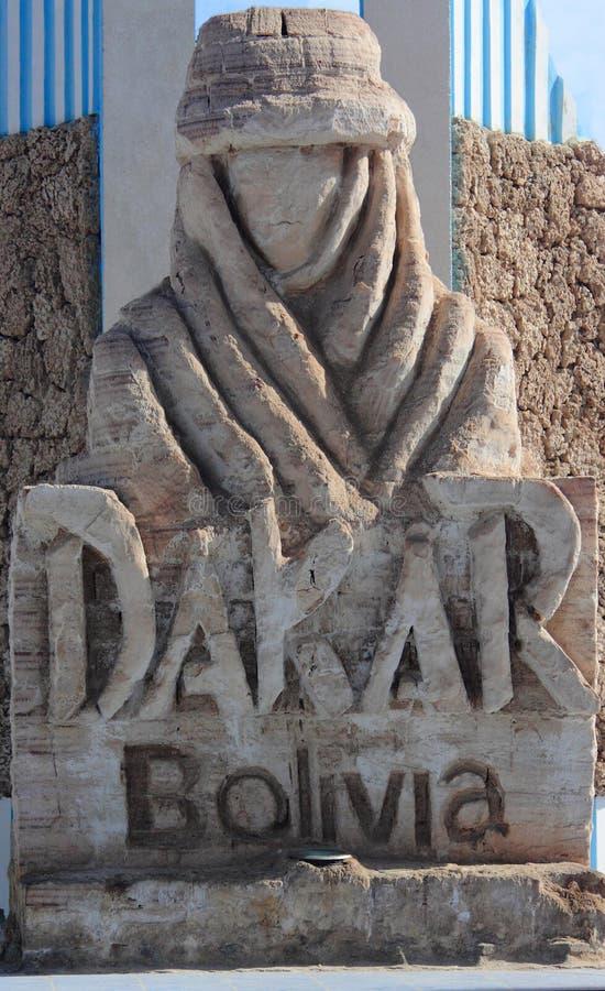 El monumento con el logotipo de la reunión de Dakar en Uyuni imágenes de archivo libres de regalías