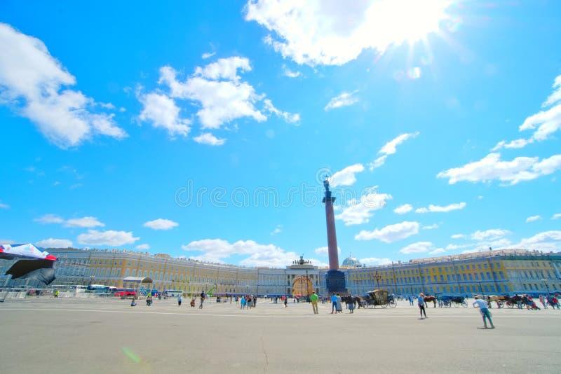 El monumento de Alexander Column en St Petersburg, Rusia es el punto central del cuadrado del palacio imagenes de archivo