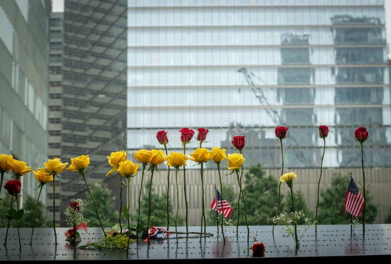El monumento de 9/11 durante día del patriota imagenes de archivo