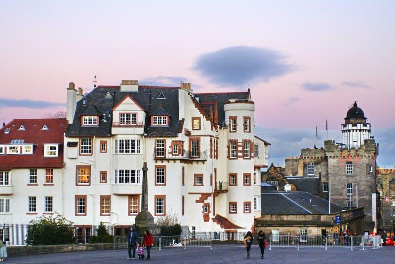 El monumento de guerra y la casa blanca grande por Edimburgo se escudan foto de archivo libre de regalías