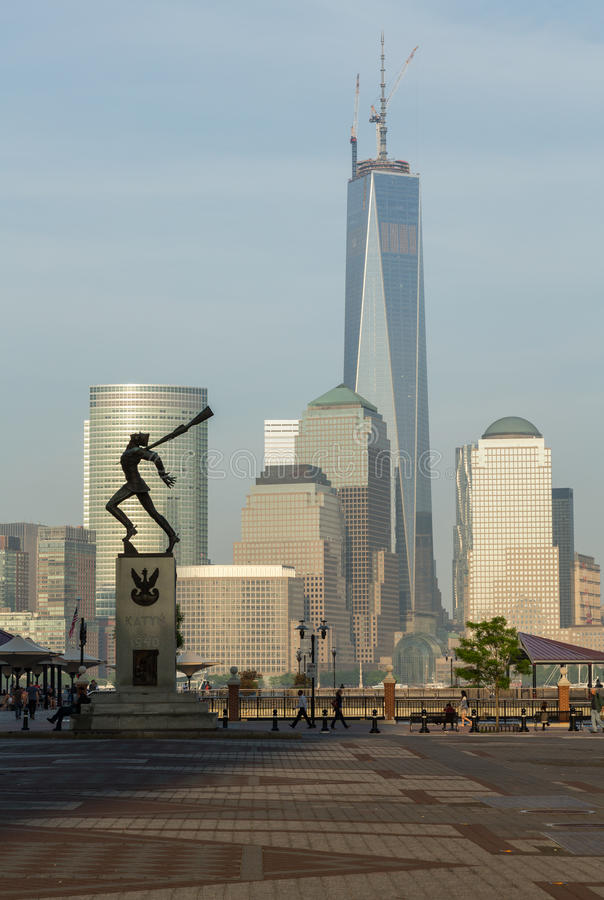 El Monumento De Katyn Enmarca World Trade Center En Jersey City ...